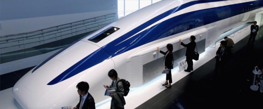 Technische innovatie: Belangstellenden bekijken het model van de nieuwe maglev (magnetic levitation) trein die over ruim 10 jaar Tokio met Nagoya gat verbinden