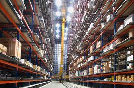 In volautomatische magazijnen kunnen enkele personen miljoenen pakjes verwerken