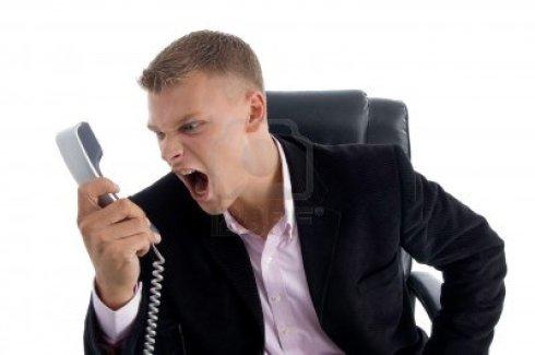 organisatie-manager-boos-geschreeuw-op-telefoon-in-een-kantoor